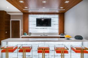 1.017 VistaBlue Social Room
