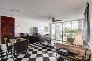 2505 S Ocean Boulevard, 303, Palm Beach, FL 33480