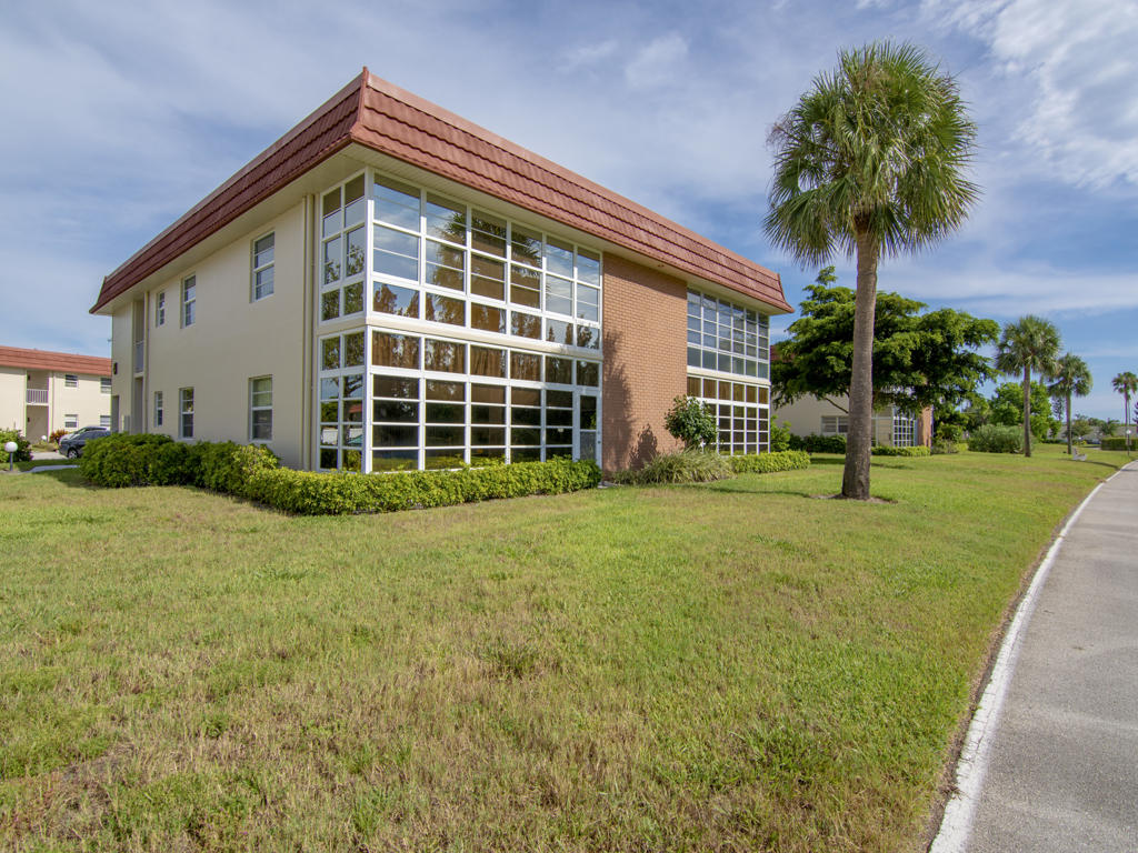 44 Woodland Drive, Vero Beach, Florida 32962, 2 Bedrooms Bedrooms, ,2 BathroomsBathrooms,Condo/Coop,For Sale,Woodland,1,RX-10489757