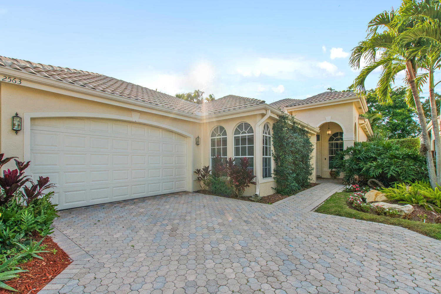 2563 Players Court, Wellington, Florida 33414, 2 Bedrooms Bedrooms, ,2.1 BathroomsBathrooms,Single Family,For Sale,Palm Beach Polo Golf & Country Club,Players,RX-10496863