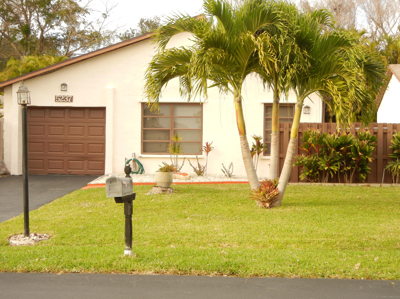 5237 Mirror Lakes Boulevard, Boynton Beach, Florida 33472, 2 Bedrooms Bedrooms, ,2 BathroomsBathrooms,Single Family,For Sale,Mirror Lakes,RX-10492023