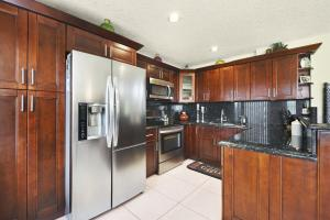GRANITE/STAINLESS STEEL KITCHEN