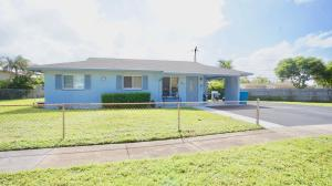 Beautiful Single family home with plenty of space to park your vehicles, boat or trailer!