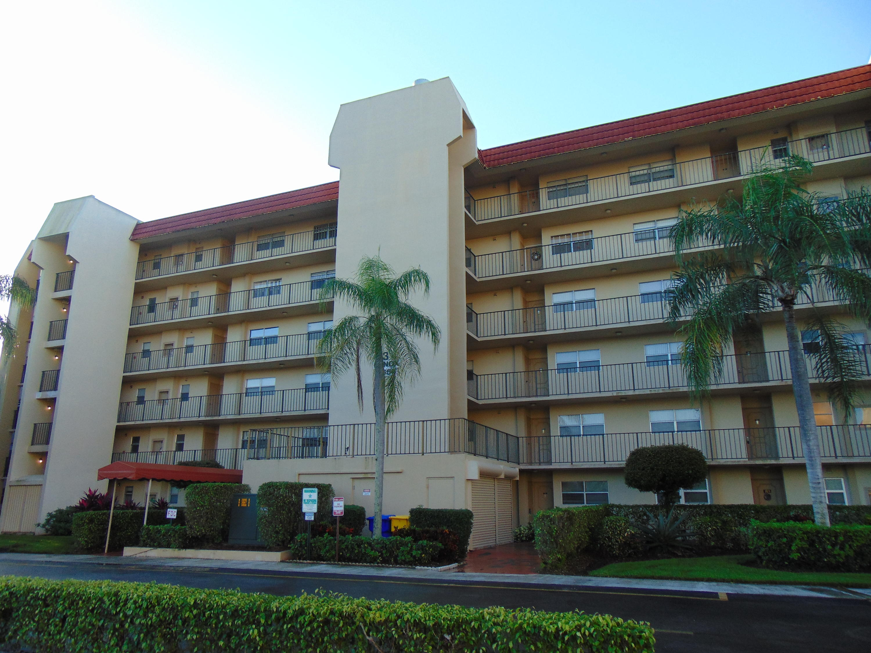 DO NOT MISS THE CHANCE TO OWN THIS TILED 1ST FLOOR CONDO WITH A SCREENED PATIO +  SOUTH FACING VIEWS OF THE GOLF COURSE. THE CONDO FEATURES A WALK-IN SHOWER & WASHER/DRYER.  PRICED FOR CONDITION. CASH ONLY PER SELLER.  CONVENIENTLY LOCATED ACROSS FROM THE CLUBHOUSE, 2 POOLS, TENNIS, PAY-AS-YOU-PLAY GOLF.  THE CLUBHOUSE OFFERS MEL'S BISTRO WITH FOOD & ENTERTAINMENT, A GYM,MOVIES, SHOWS, TRIPS, LIBRARY, BILLIARDS, SOCIAL ACTIVITIES, CLASSES.  NO RENTALS THE 1ST 2 YEARS OF OWNERSHIP. AGE RESTRICTIONS.