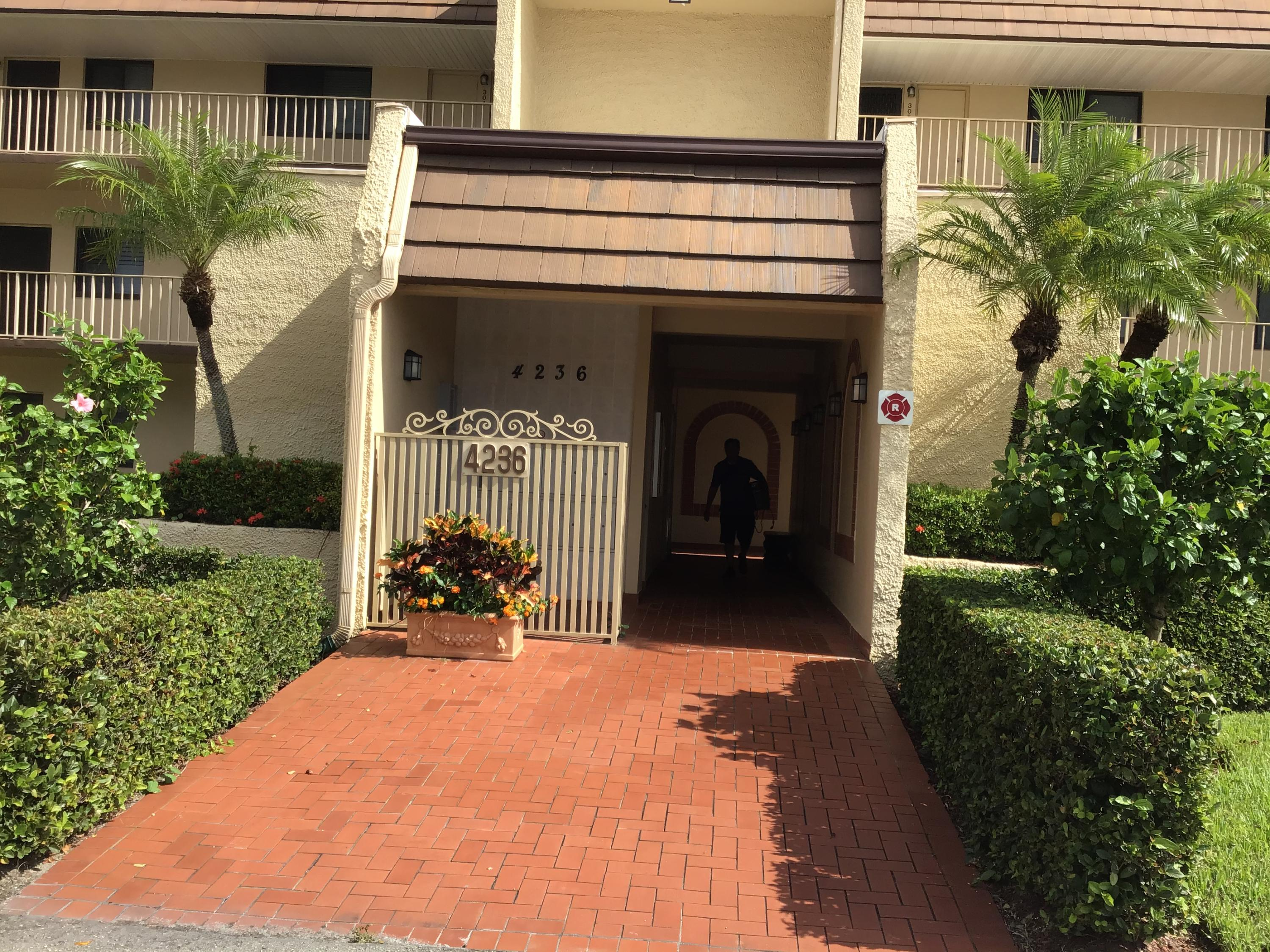 Large one bedroom overlooking golf course. Near all shopping and restaurants. Gated community