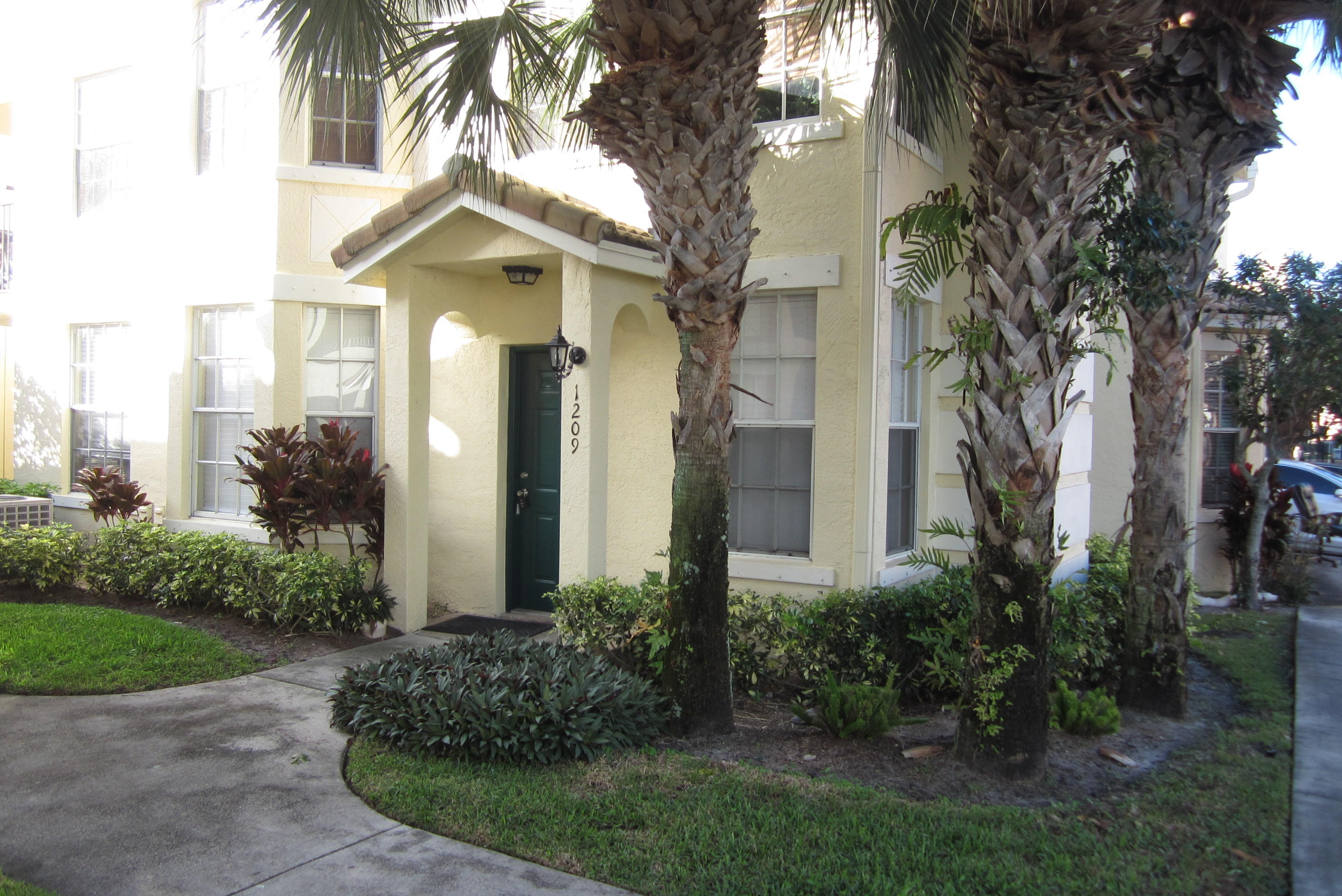 Huge 3 bedroom 2 bath condo with 2 car garage. great square footage, tiled throughout, recently painted, remodeled kitchen with new cabinets, granite and appliances, new a/c. Wonderful location just minutes from shopping and I-95. Great closet space, community pool, jacuzzi, playgorund, fitness and more. Also for rent at $1950/mo