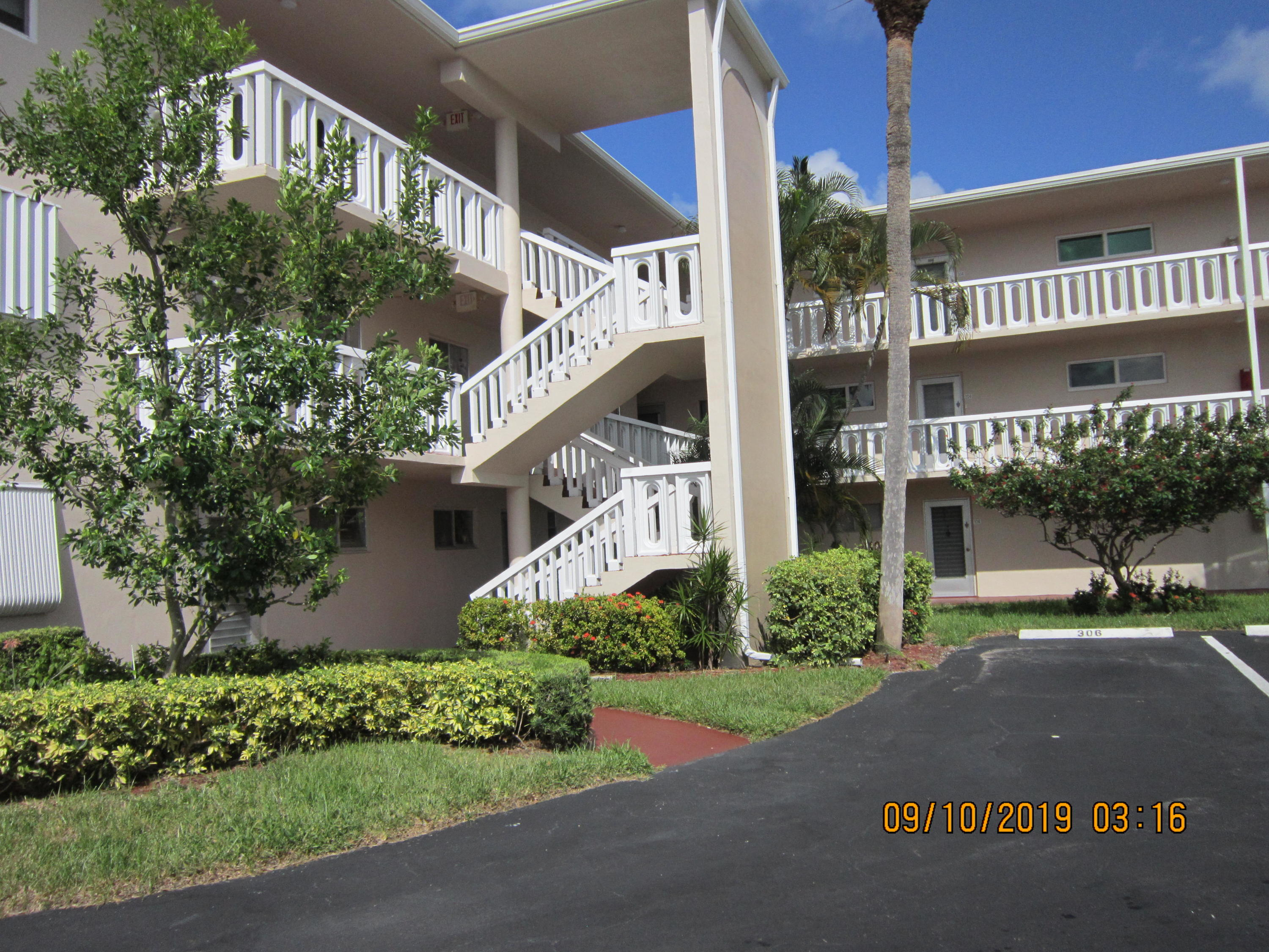Active Comunity 55+ with 2 bedroom and 2 bathroom, carpet, huge screen balcony and only 15 minute from the beach, Shopping and restaurant.Unit next to clubhouse and the pool.