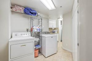 Expansive laudry & storage