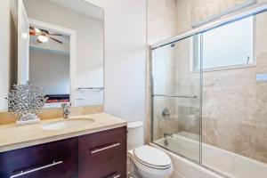 Bedroom 1 - downstairs - bath
