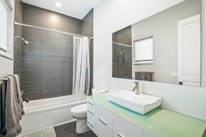 Bedroom 3 - upstairs - bath