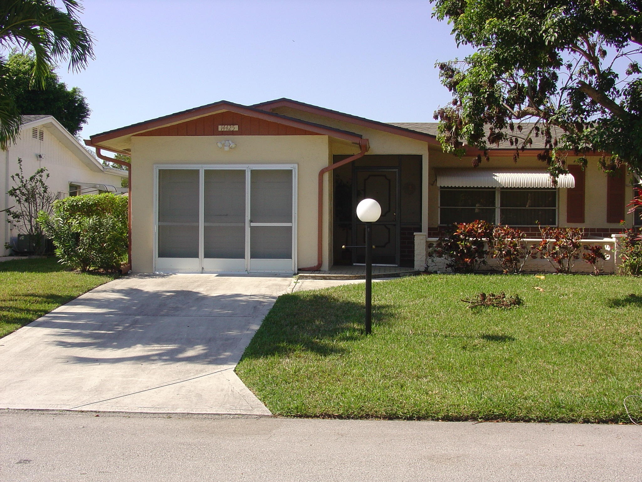 A lovely 2-BR, 2-BA SFH within Delray Villa's is updated, with 1 CG.  There is a subdivision pool and also a Community Clubhouse.  Neutral and bright with tiled living areas and eat-in kitchen and sitting area next to kitchen.  Within driving distance of public golf courses and trendy downtown downtown Delray Beach with open cafes, bistro's and shopping on Atlantic Ave and a 2 mile stretch of white sand beach - The Atlantic Ocean Shoreline.