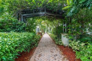 25 Nw Chaucer Lane Boca Raton FL 33432