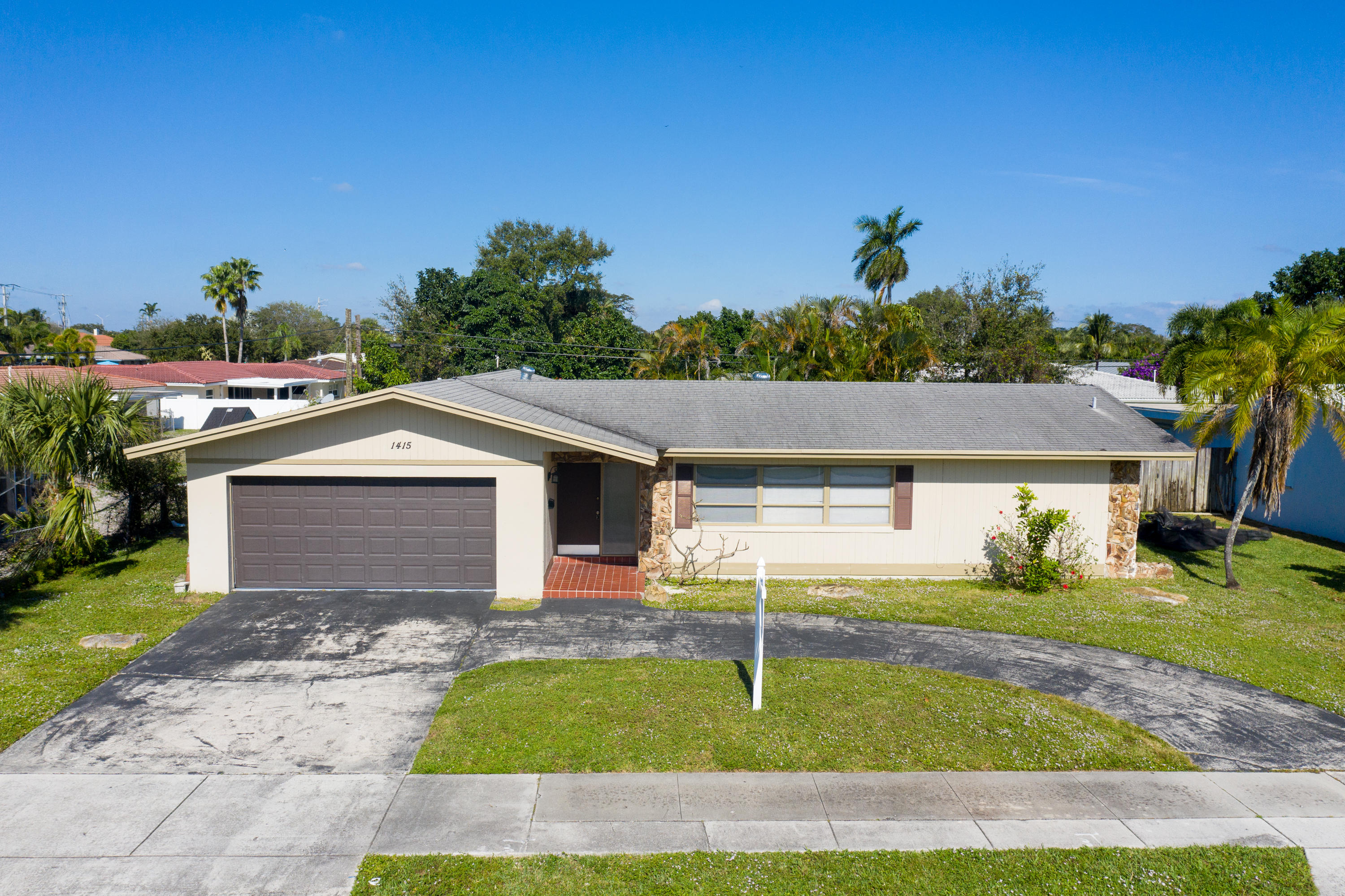 GREAT EAST BOCA LOCATION, 4 BED/3BA HOME WITH A POOL. UPDATED BATHROOMS,   WITH A SPLIT BEDROOM PLAN AND SPACIOUS LIV AREA.GREAT A RATED SCHOOLS. MINUTES TO BEACH AND DOWNTOWN LIVING OF BOCA.