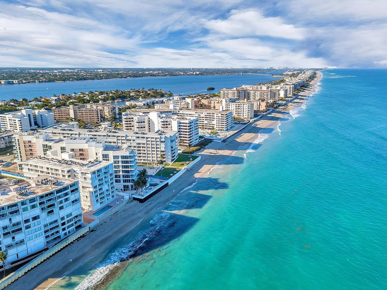 Beautifully renovated, turnkey 1st floor condo in South Palm Beach.  On the intracoastal across the street from the beach.  Near restaurants and shopping in Manalapan and Lantana. Move-in ready, just bring your flip-flops!