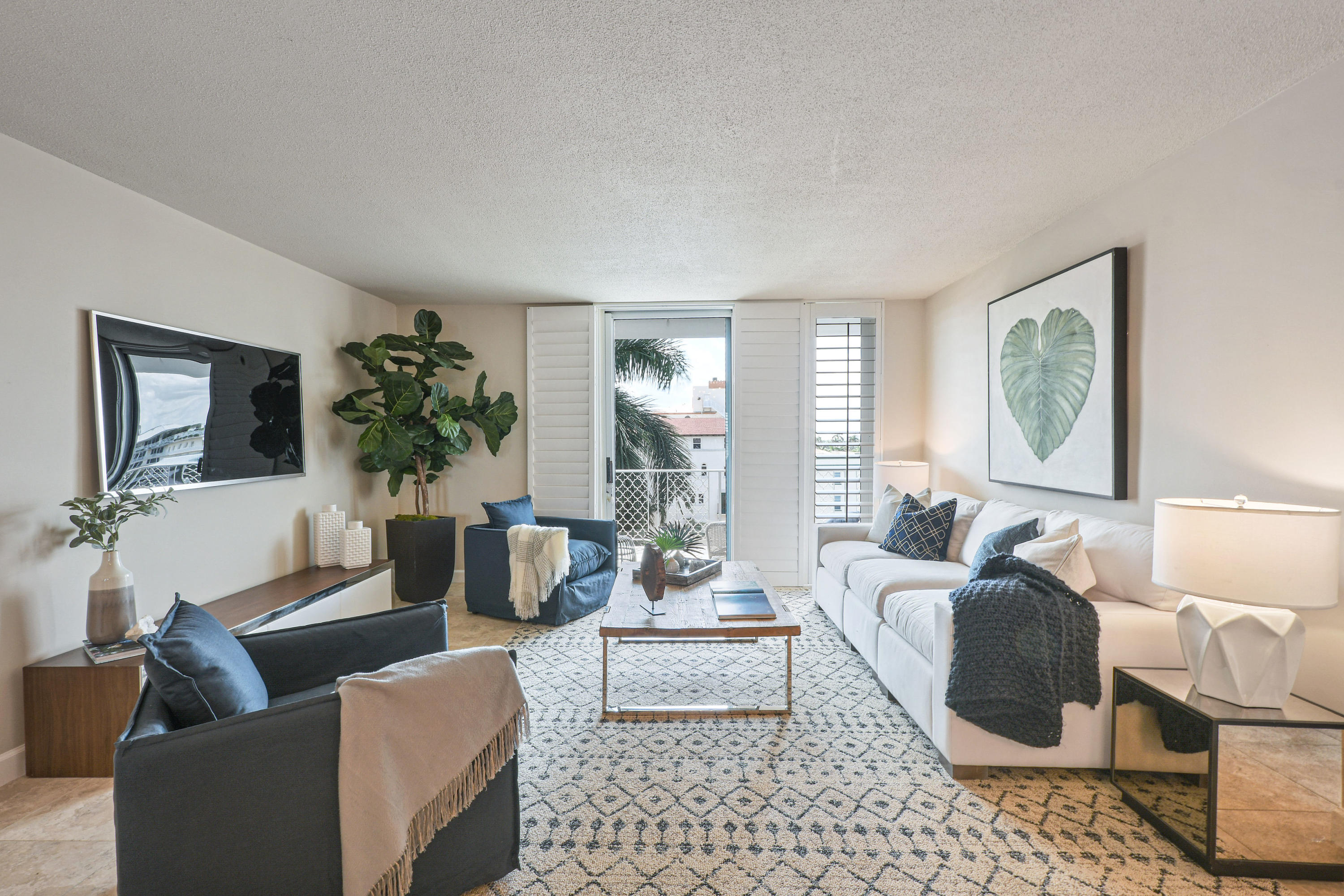 Spectacular penthouse in the heart of Palm Beach. Close distance to beach access and luxurious Worth Ave. This turnkey one bed, one bathroom is the perfect landing spot to enjoy all the incredible offerings of Palm Beach.