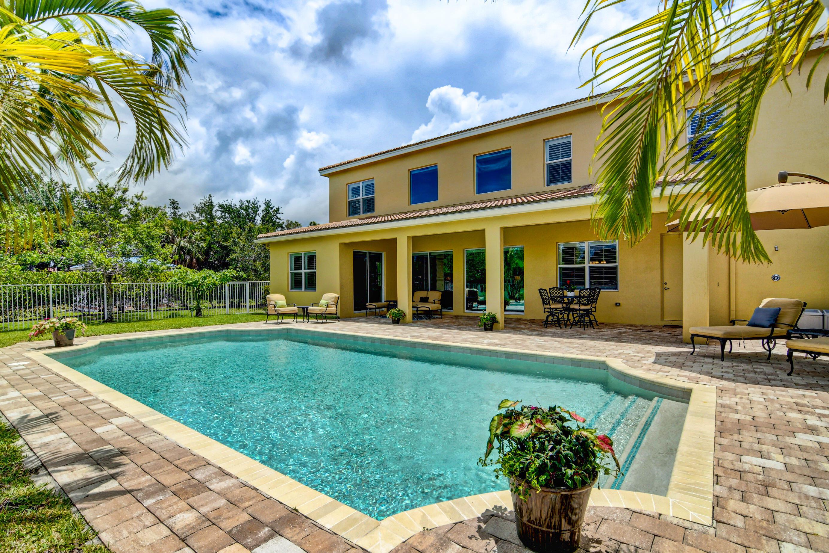 827  Montclaire Court  For Sale 10721249, FL