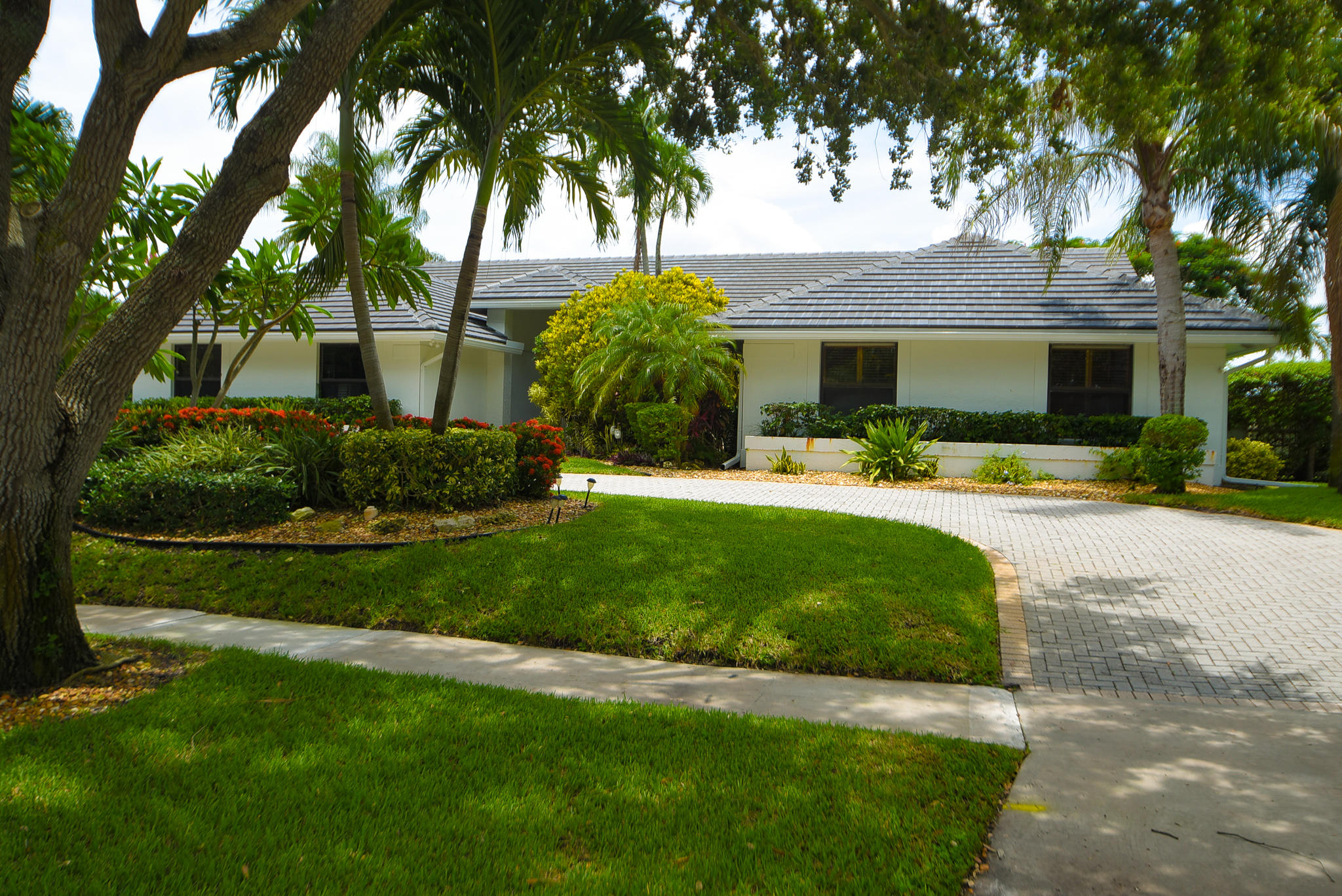 2819  Embassy Drive  For Sale 10725194, FL