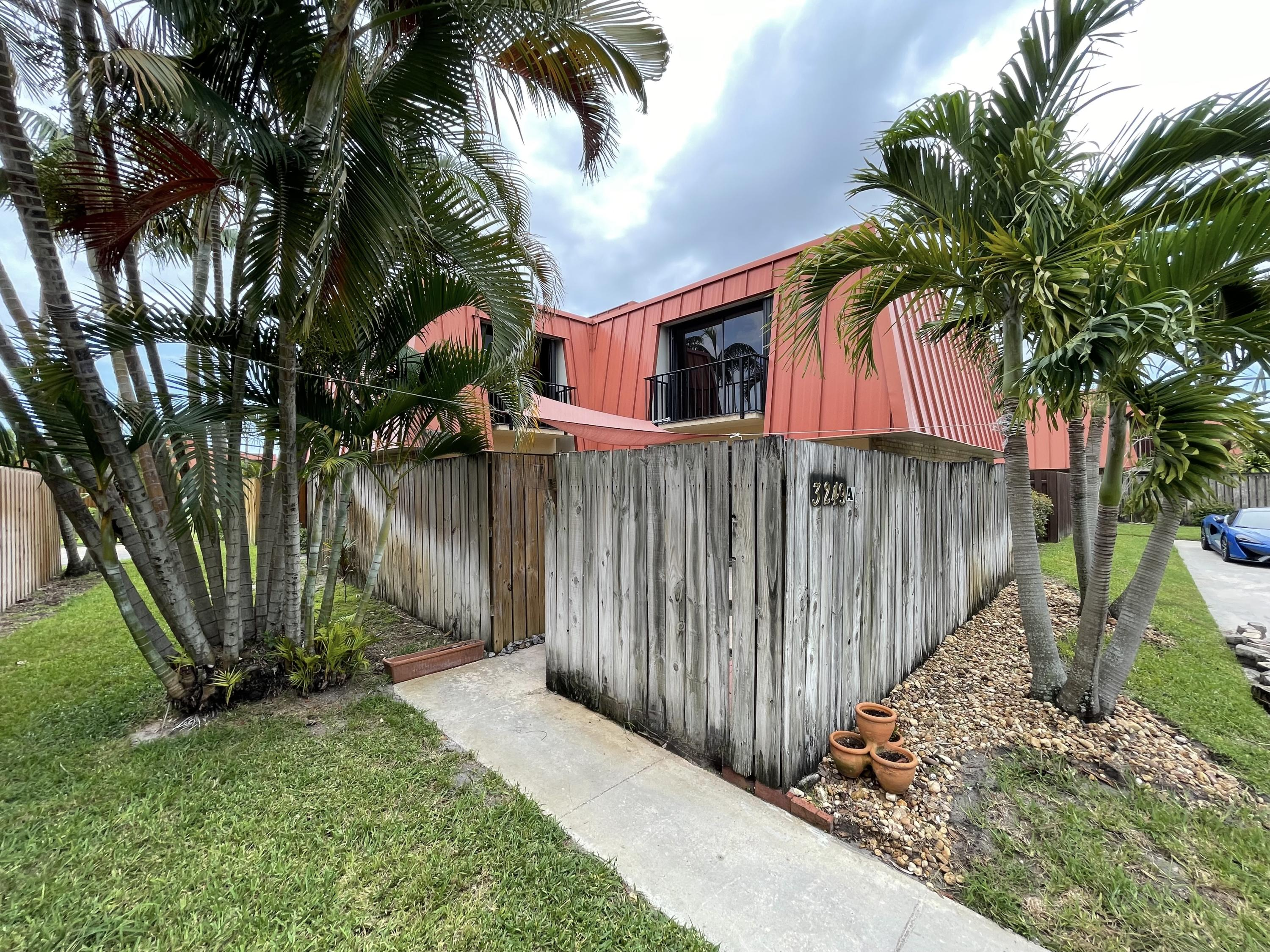 Terrific 2 Bedroom 2 Bath Townhouse in the heart of Palm Beach Gardens. Large Patio to barbecue and entertain. Accordion Hurricane shutters. Close to all the shopping and restaurants along PGA Blvd. 15 Minutes to the beautiful beaches and the Airport