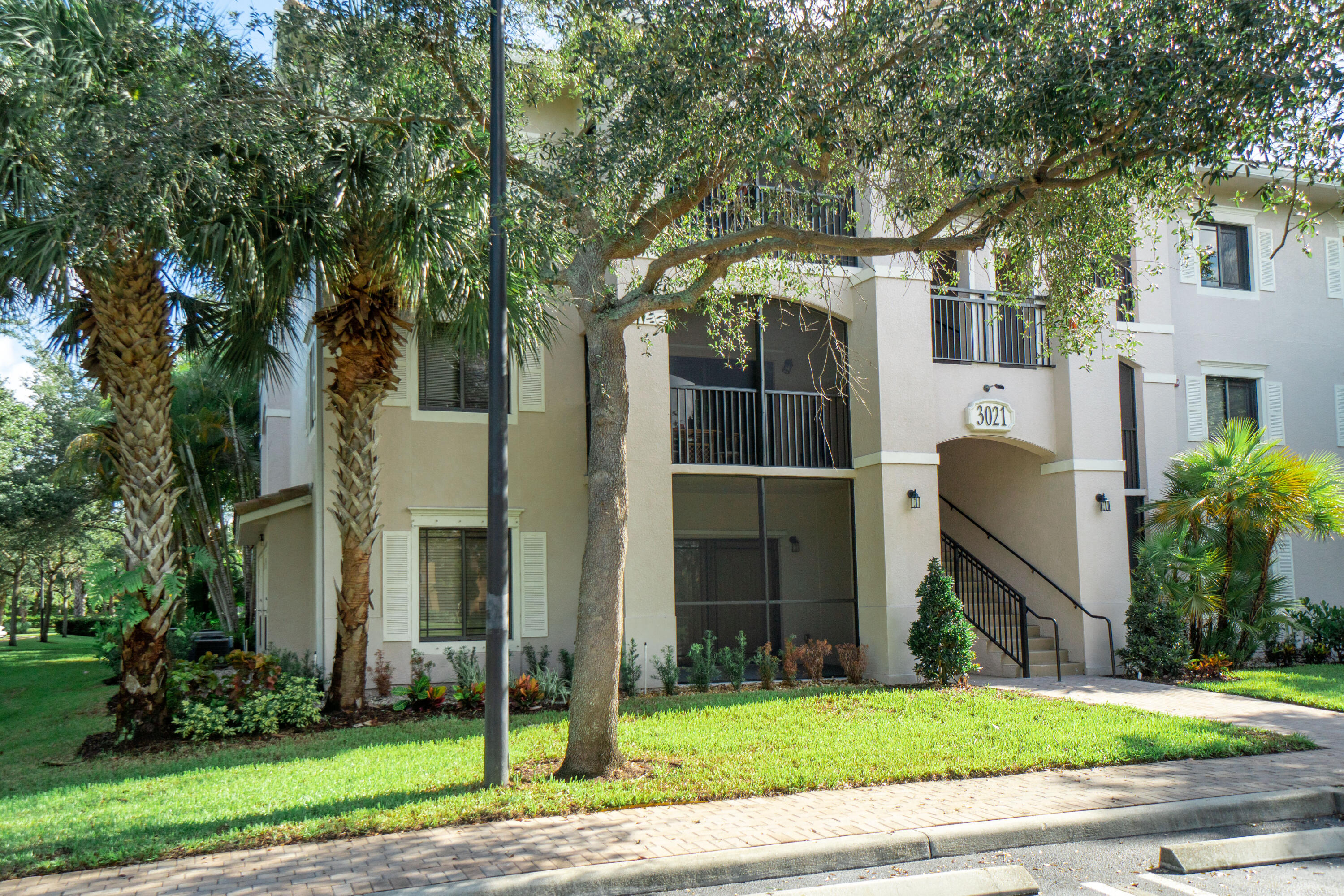 Fantastic 1st floor condo located in San Matera community in the heart of Palm Beach Gardens. Pets ok. Community offers a resort style pool, sauna, jacuzzi, fitness room, club room, indoor racquet ball court, outdoor tennis courts. Walking distance to Gardens Mall, downtown at the Gardens, restaurants, shopping, nightlife, easy access to I 95 and the beach.