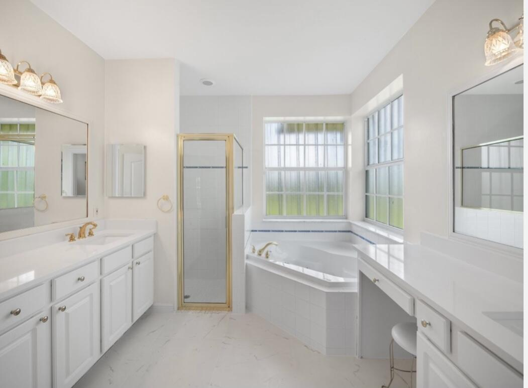 Primary Bathroom (1st floor)