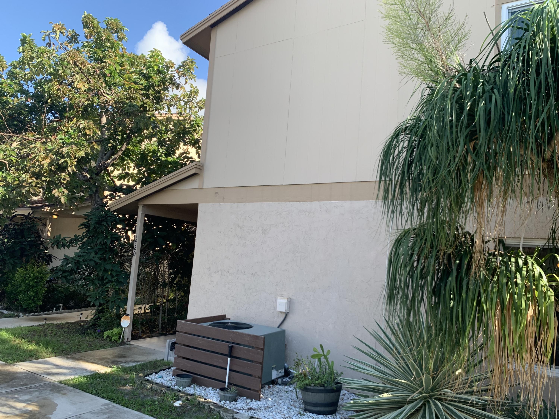 1420  Lake Mango Way  For Sale 10671508, FL