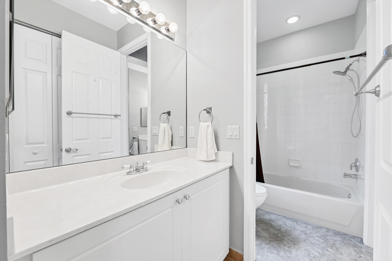 28 Bath Room 01
