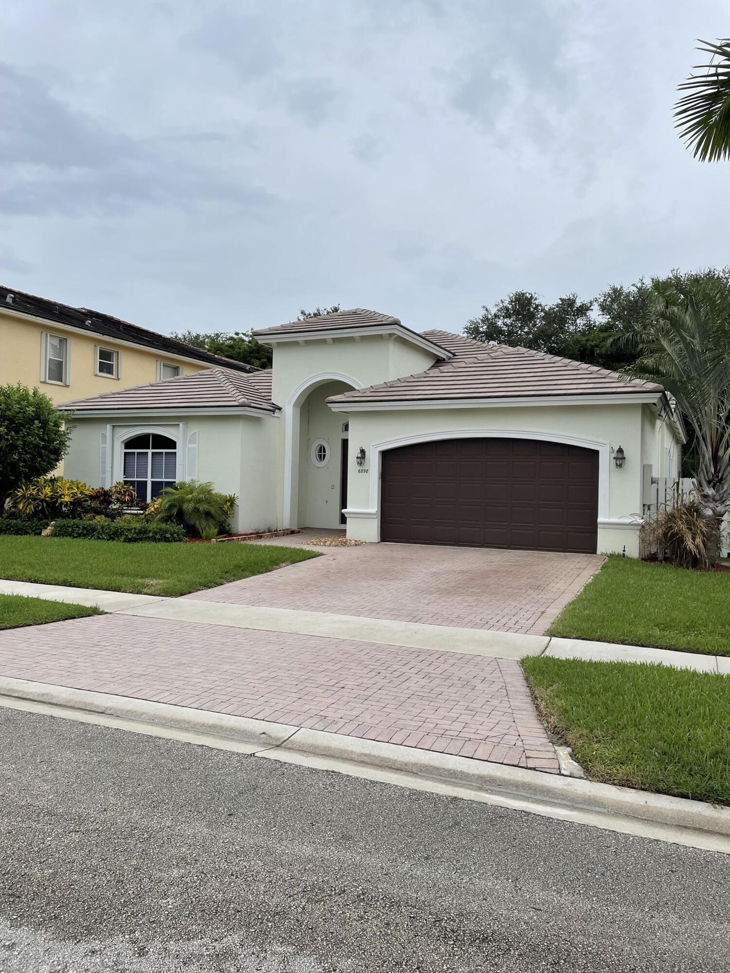 6898  Houlton Circle  For Sale 10736128, FL