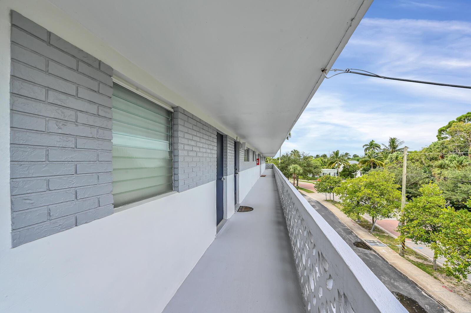 17 Balcony 03