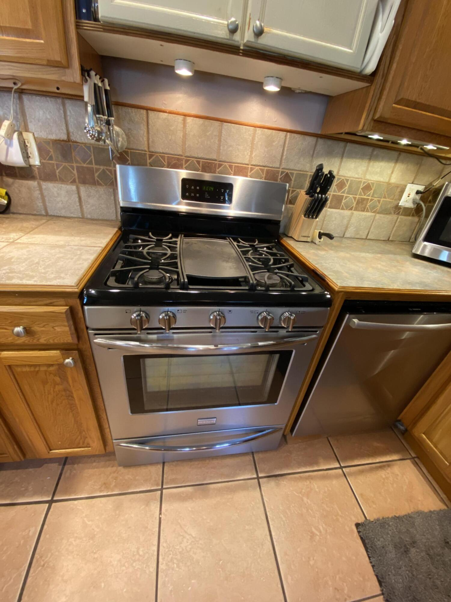 GAS STOVE W GRIDDLE