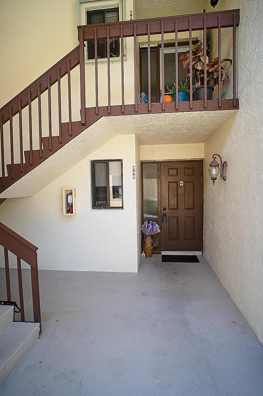 50  Pelican Pointe Drive 104 For Sale 10747057, FL