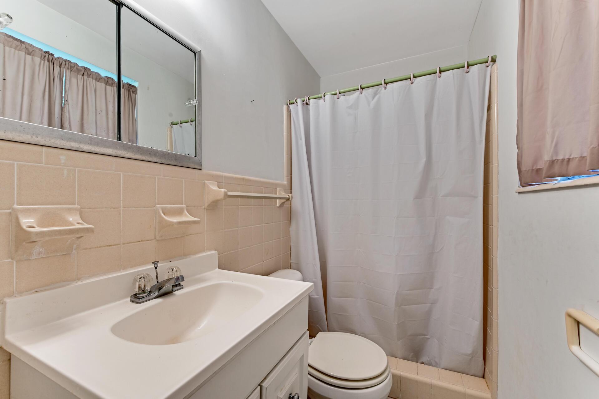 15 Bathroom 02