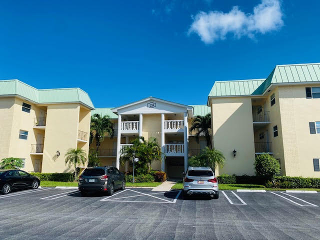 29  Colonial Club Drive 302 For Sale 10748861, FL