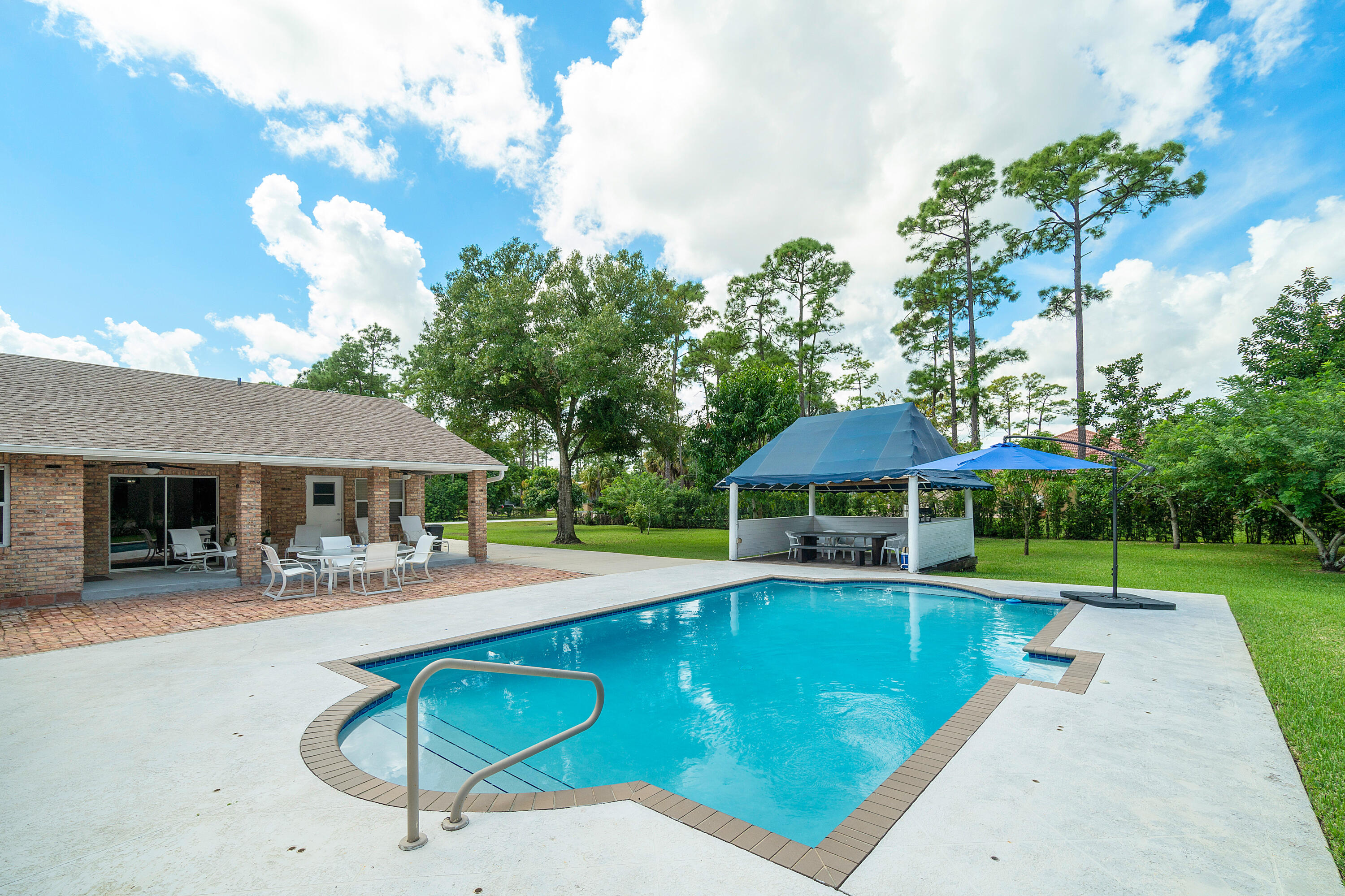 Pool & Outdoor Dining Area