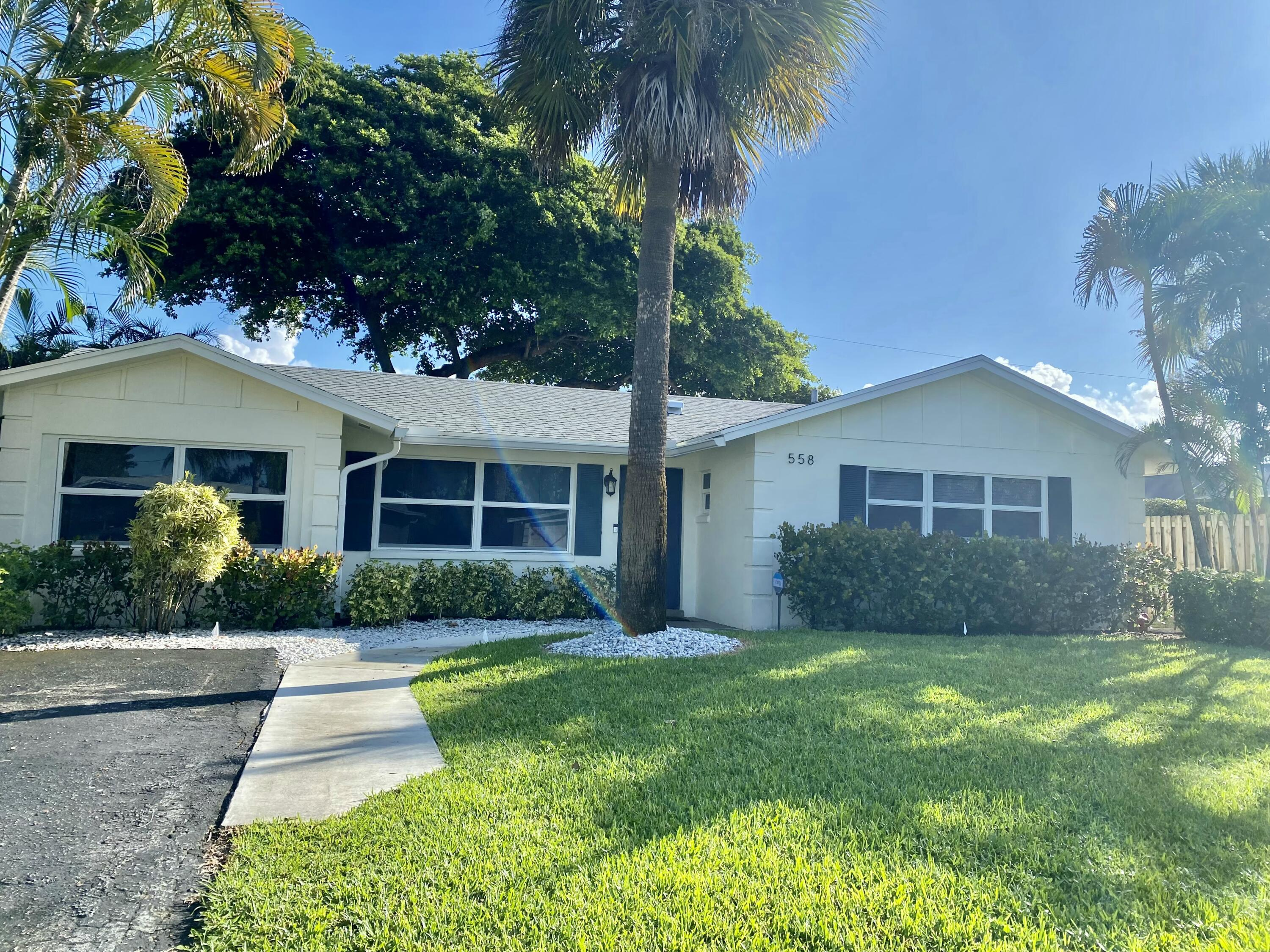 Perfect Seasonal rental in the heart of Palm Beach Gardens! Conveniently located minutes from I-95, the beach, Gardens Mall, and fantastic North Palm Beach restaurants. This is the perfect location to relax and enjoy your stay in South Florida.