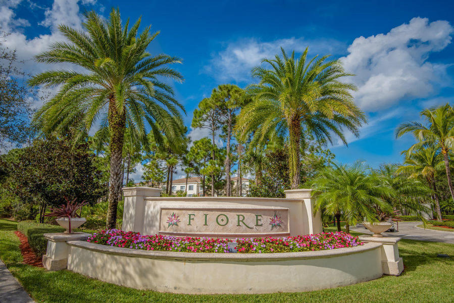 GATED COMMUNITY IN THE HEART OF JUPITER/ PALM BEACH GARDENS. CLOSE TO I-95, SHOPS, DINING. COMMUNITY OFFERS CLUBHOUSE WITH POOL AND GYM