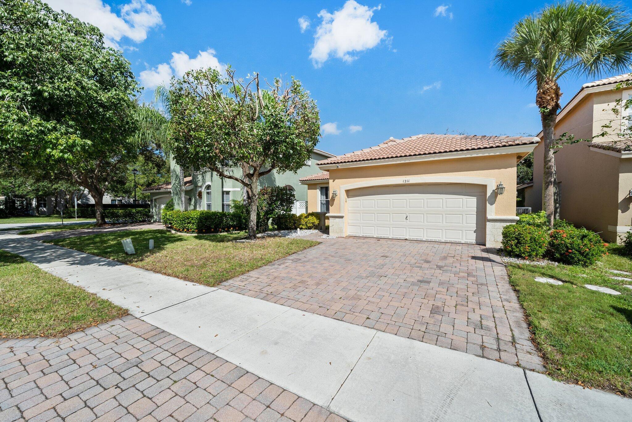 1211 W Magnolia Circle  For Sale 10753034, FL
