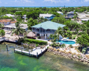 120 ft. of waterfront on Tavernier Creek - a perfect boating location!