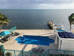 Sparkling Pool and Open Ocean Views