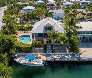 Venetian Shores Beauty with huge pool, 70' dockage on clean wide canal. Excellent access to bay and ocean.