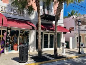 Affordable retail space for lease on 900 Block of Duval St. 1,100 sf. of retail space with bathroom.  Good visibility and window frontage. Vacant and easy to show.  Good foot and car traffic, many nearby restaurants & Bars, several guesthouses, art galleries and more