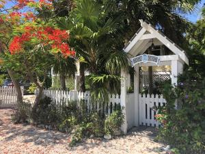 Welcome to 150 Nautilus Islamorada Florida. Located in White Marlin Beach. this wonderful home is being sold with the option to purchase a adjacent 75x100 landscaped lot for to total offering price of 1,235,000 see Mls# 589399 for more information. The adjacent lot is professionally landscaped & fenced to match this property