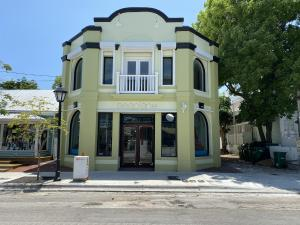 Excellent Opportunity to join the thriving & friendly business environment the 900 Duval block has to offer, catering to a diversity of local dining, shopping & specialty services. Storefront with huge display windows on the ''resort'' end of Duval Street with many hotels and resorts purchased and renovated recently within walking distance. Property is in excellent condition and one of 3 commercial spaces and two residential units in a compound with rare off-street parking and delivery access in the rear (off Whalton Lane). Monthly rent quoted is base rent in addition are triple net charges and sales tax. Vacant and easy to show.