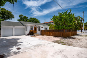 3/3 7352 sq ft corner lot - 2 car attached garage and pool