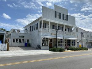 Excellent Opportunity to lease on Caroline Street next to the Historic Seaport, join the thriving & friendly business environment that Old Town has to offer, catering to a diversity of local dinning, shopping, specialty services. Ideal commercial storefront with large display windows. In addition to base rent quoted are monthly association fees, NNN charges and sales tax. Units 718-720A can be combined for a total of 2612sf of retail space.
