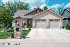 570 AUTUMN WOODS Boulevard, GRAND FORKS, ND 58201