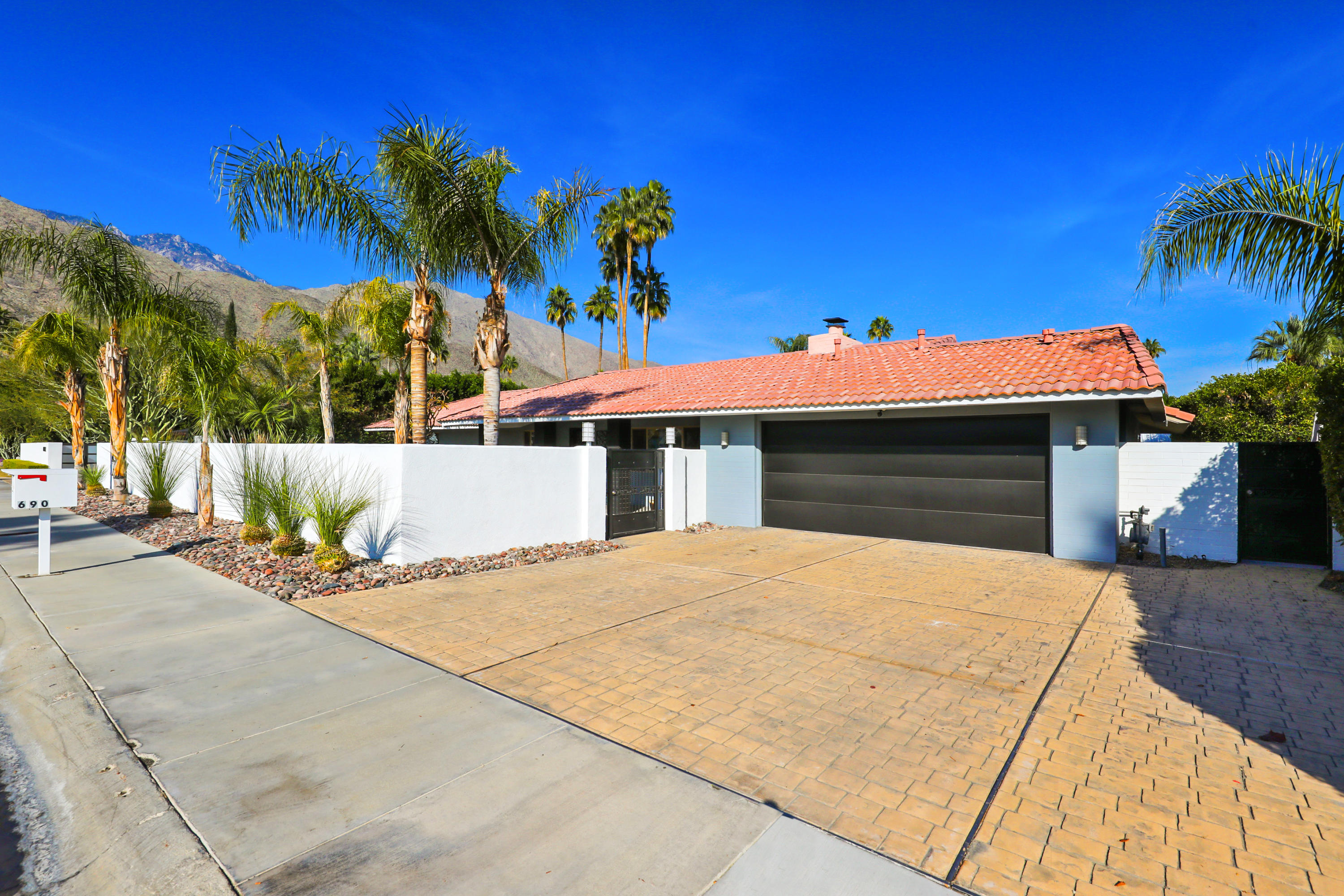 690 E Sierra Way, Palm Springs, California 92264, 4 Bedrooms Bedrooms, ,4 BathroomsBathrooms,Residential,For Sale,690 E Sierra Way,219037483