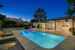 915 E Via Escuela, Palm Springs, CA 92262