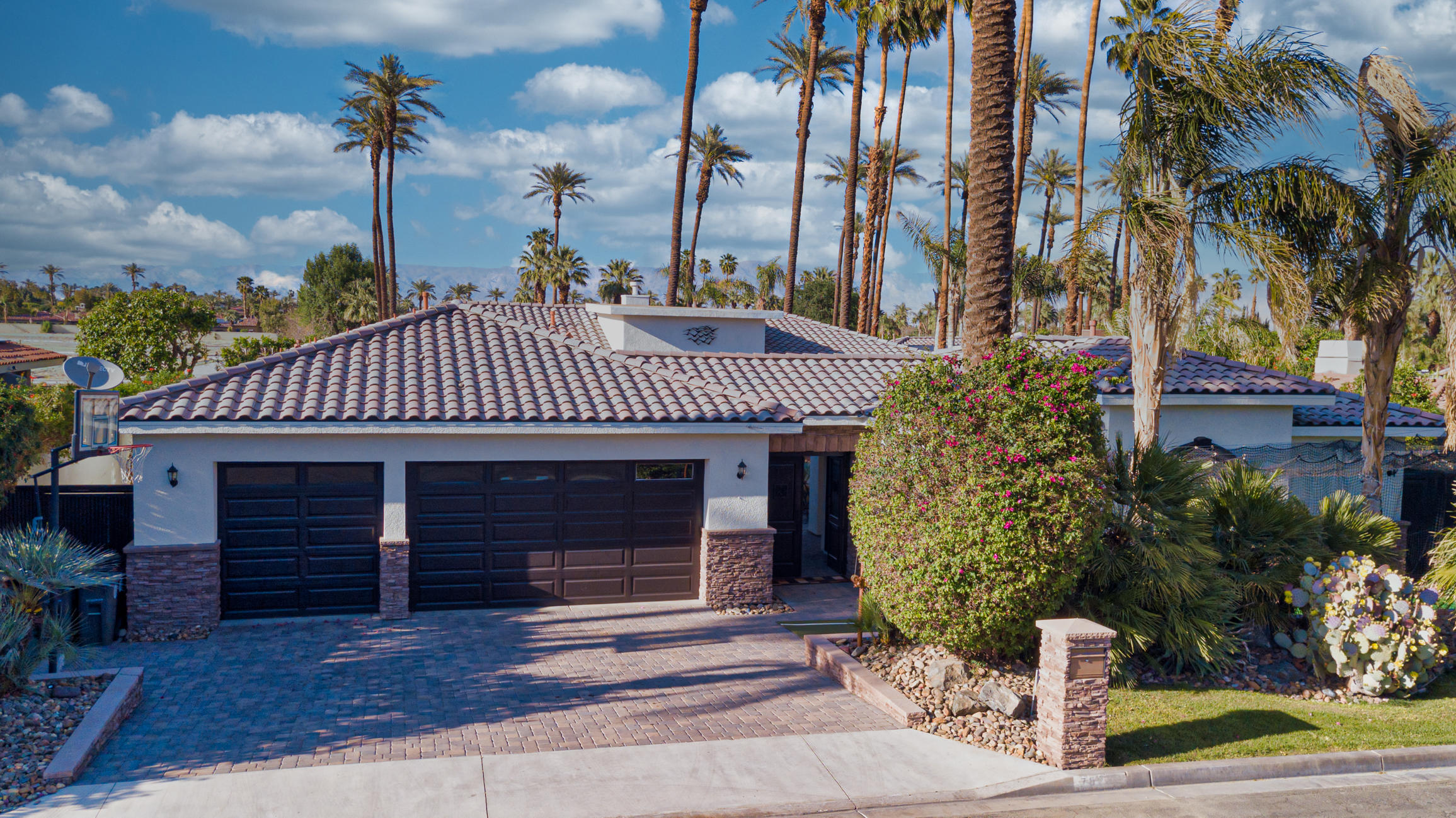 Amazing bright and open Indian Wells home with no HOA. $ bedrooms and 3 baths in the main house and 1 bath in Casita.  Entertainers dream. Inside and out. Built in BBQ and tv's will keep you outside enjoying the evenings.
