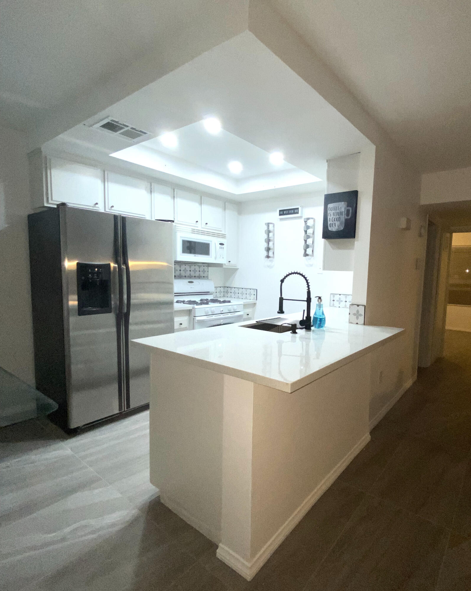 Great property for 'SHORT TEARM RENTALS' Amazing  location in front of the Golf Course, end unit lots of natural lighting! All new beautiful floors, nice counter tops and great new vanity and shower !