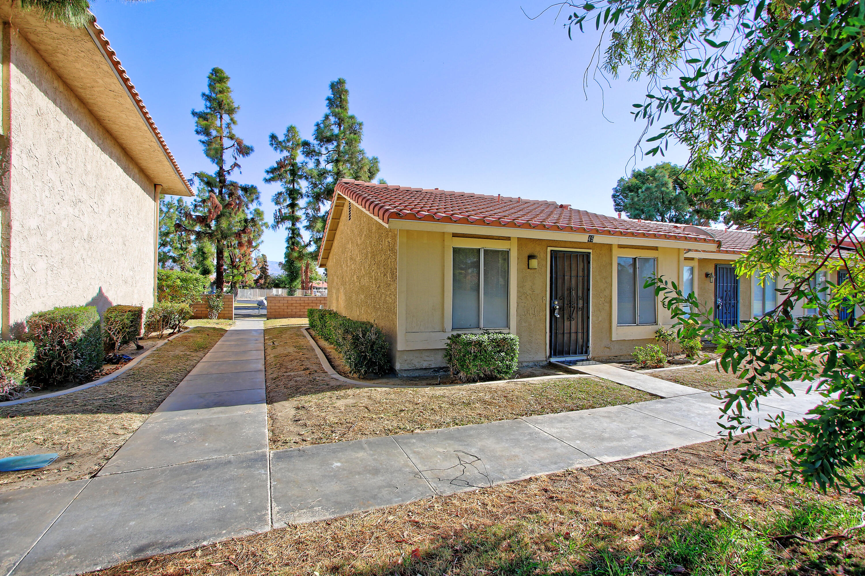 Newly remodeled end unit condo on the golf course. Plank laminate flooring throughout, all new kitchen cabinets, quartz countertops, new stainless appliances including fridge.  New bathroom vanity installed.  Nice clean unit.  Vacation rentals are allowed in this HOA.  Great opportunity!